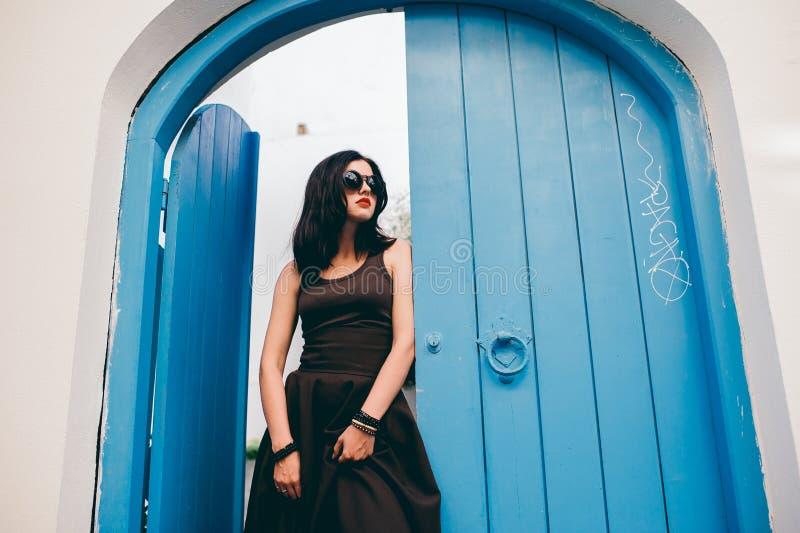 Menina bonita perto das portas de madeira imagens de stock royalty free
