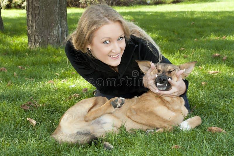 Menina bonita que abraça o cão fotografia de stock