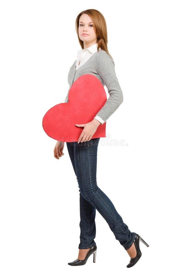 Menina bonita que anda com coração fotografia de stock