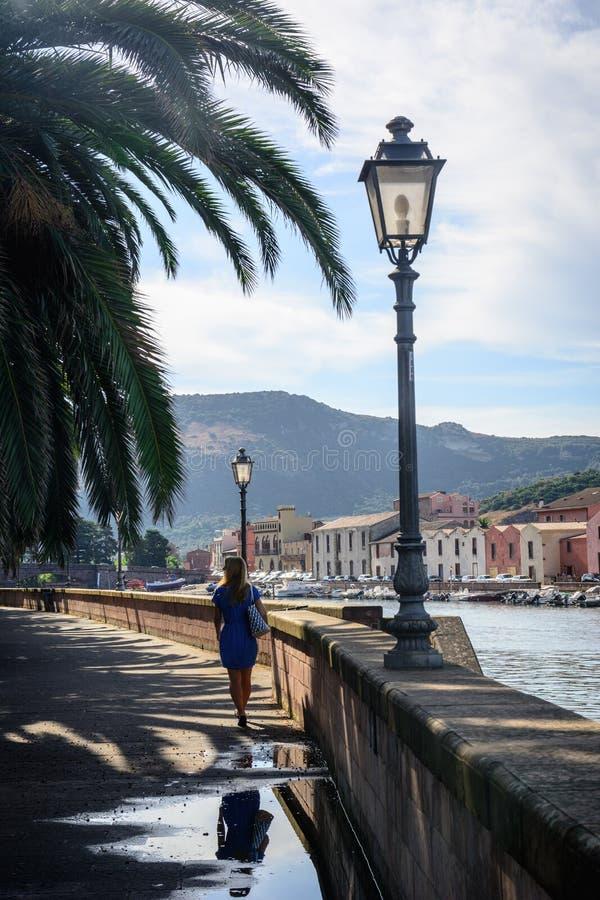 Menina bonita que anda em Bosa, Sardinia foto de stock