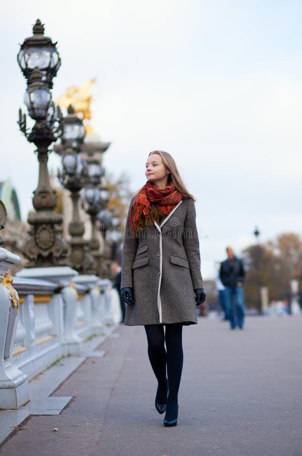 Menina bonita que anda em Paris imagem de stock royalty free