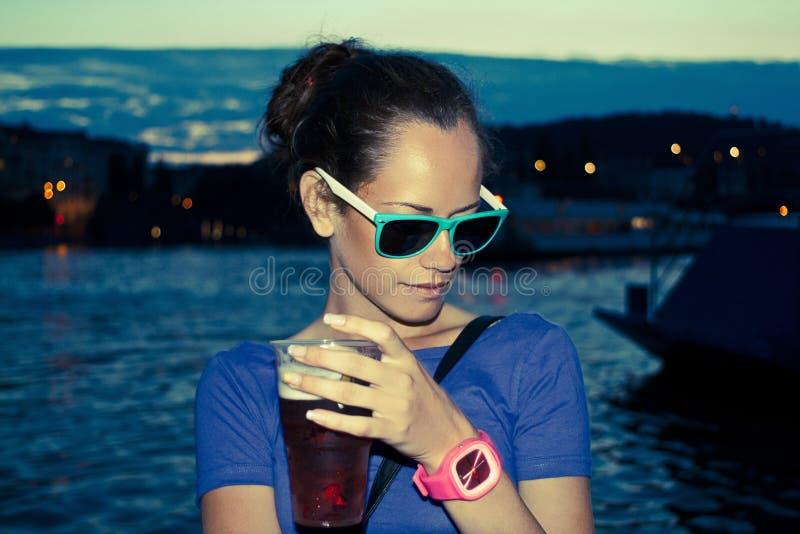 Menina bonita que aprecia a bebida imagem de stock royalty free