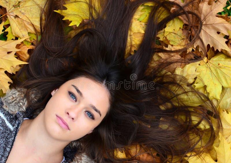 Menina bonita que aprecia a natureza na floresta do outono imagens de stock