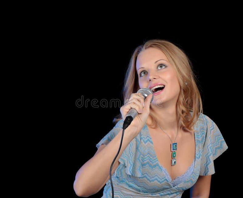 Download Menina Bonita Que Canta Em Um Microfone Foto de Stock - Imagem de caucasiano, executar: 16853984