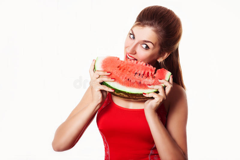 Menina bonita que come a melancia no estúdio Isolado no branco foto de stock