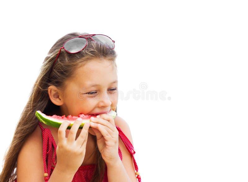 Menina bonita que come a melancia suculenta foto de stock royalty free