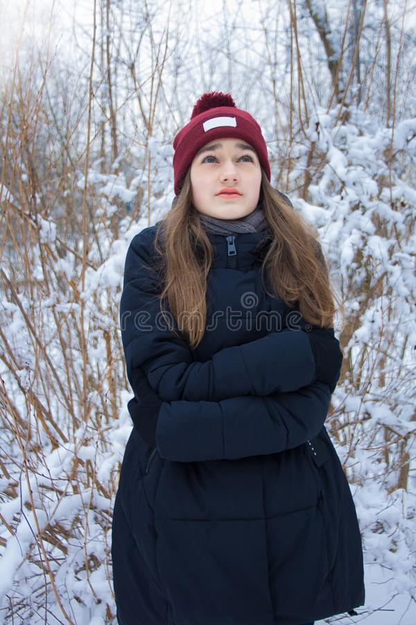 Menina bonita que congela-se na floresta do inverno imagem de stock royalty free