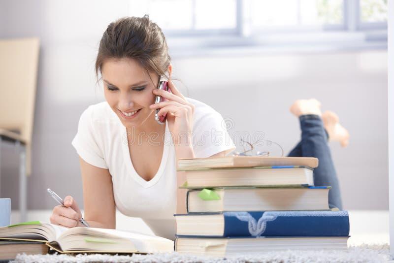 Menina bonita que conversa no sorriso móvel fotografia de stock royalty free