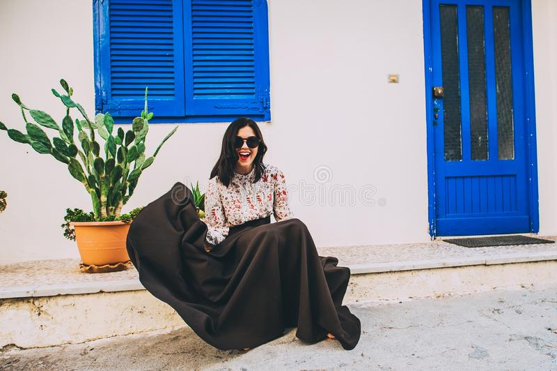 Menina bonita que descansa no terraço imagem de stock royalty free