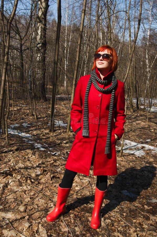 Menina bonita que desgasta o revestimento vermelho fotos de stock royalty free