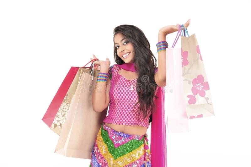 Menina bonita que desgasta o vestido étnico indiano fotografia de stock