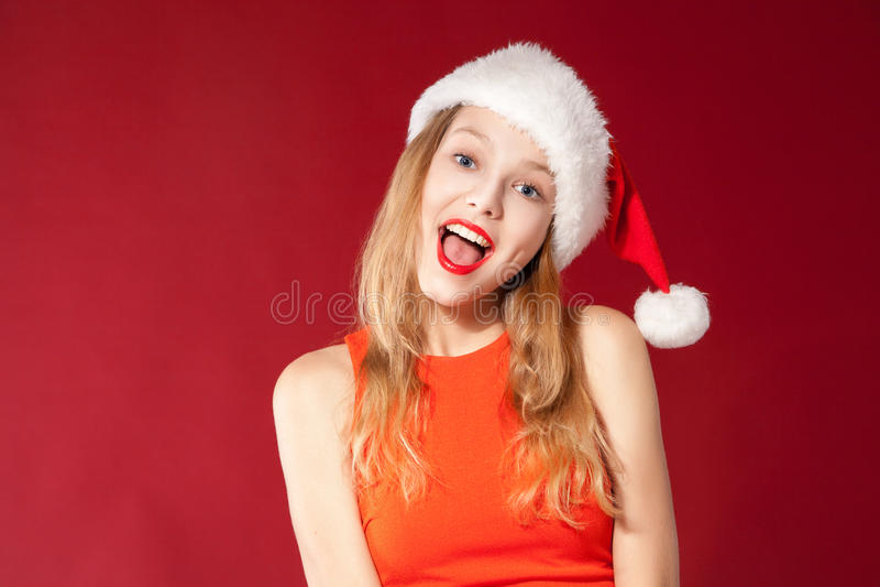 Menina bonita que desgasta a roupa de Papai Noel imagens de stock