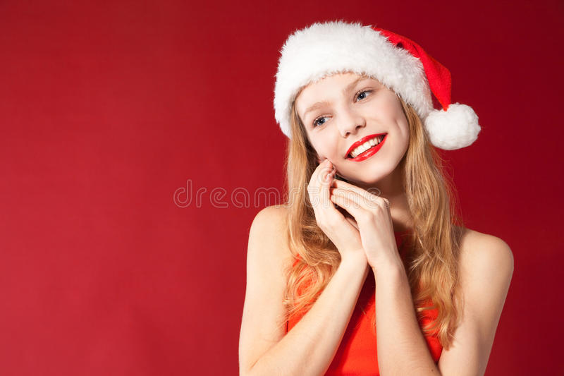 Menina bonita que desgasta a roupa de Papai Noel fotos de stock