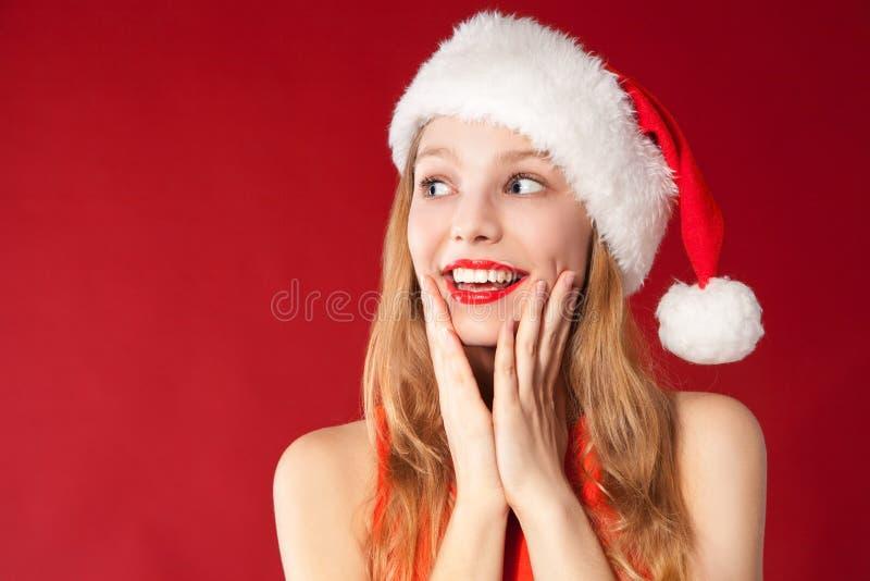 Menina bonita que desgasta a roupa de Papai Noel fotografia de stock