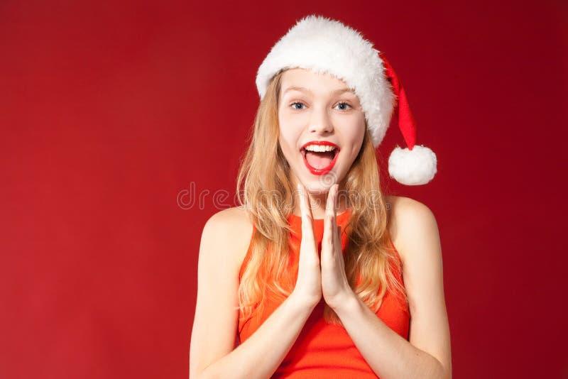Menina bonita que desgasta a roupa de Papai Noel foto de stock royalty free