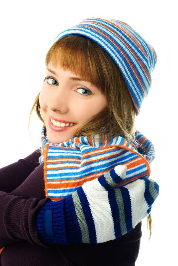 Menina bonita que desgasta um chapéu, mittens e lenço fotos de stock
