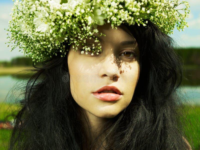 Menina bonita que desgasta uma grinalda dos wildflowers fotos de stock royalty free