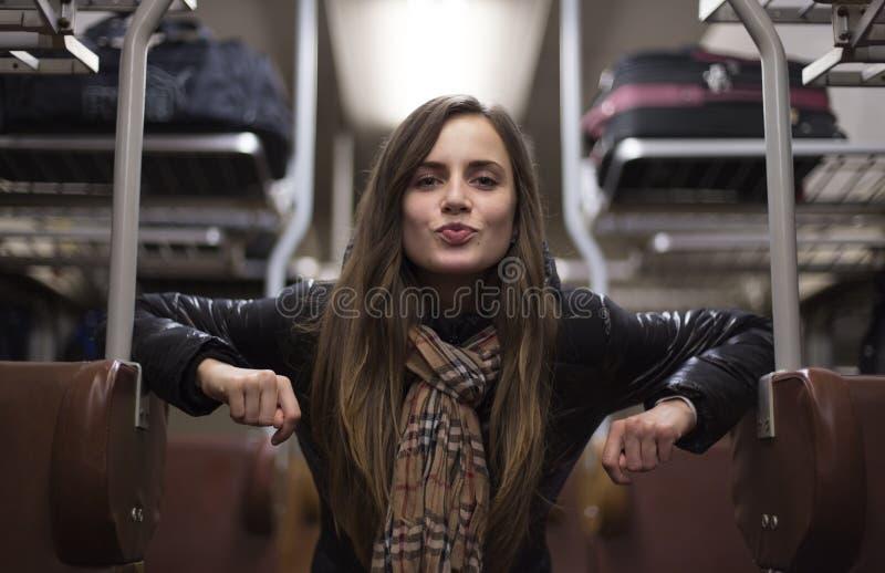 Menina bonita que envia um beijo através do trem foto de stock
