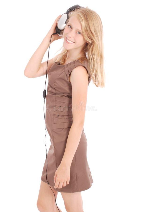 Menina bonita que escuta uma música com fones de ouvido fotos de stock