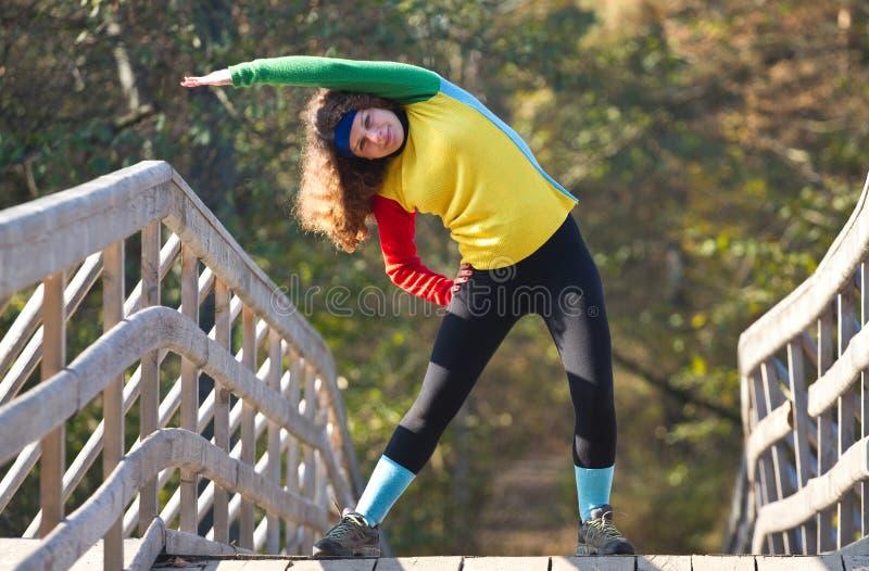 Menina bonita que faz esticando o exercício foto de stock royalty free