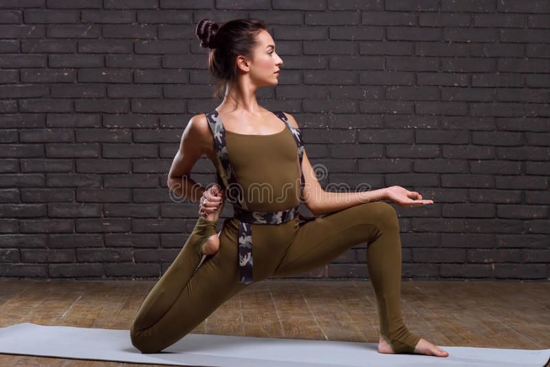 Menina bonita que faz exercícios da ioga fotografia de stock