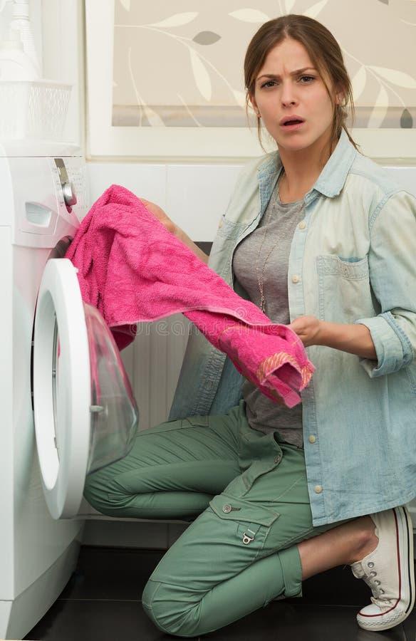 Menina bonita que faz a lavanderia fotos de stock royalty free