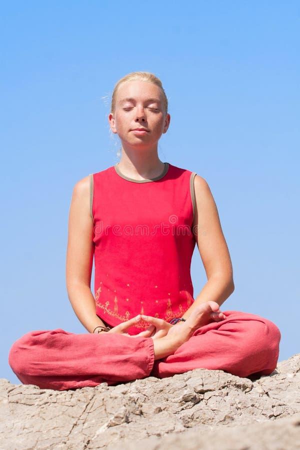 Menina bonita que faz o exercício da ioga imagens de stock
