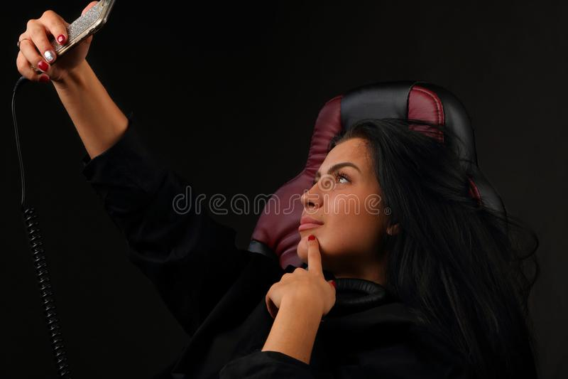 Menina bonita que faz o selfie pelo telefone foto de stock