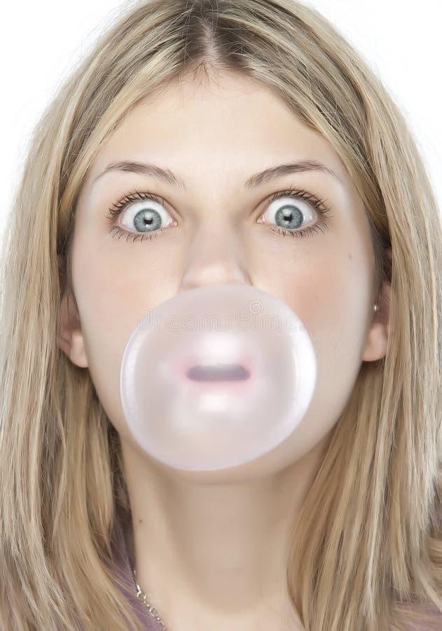 Menina bonita que faz uma bolha fotos de stock
