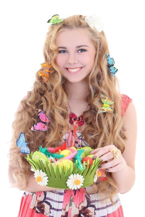 Menina bonita que guardara a cesta com ovos da páscoa fotografia de stock