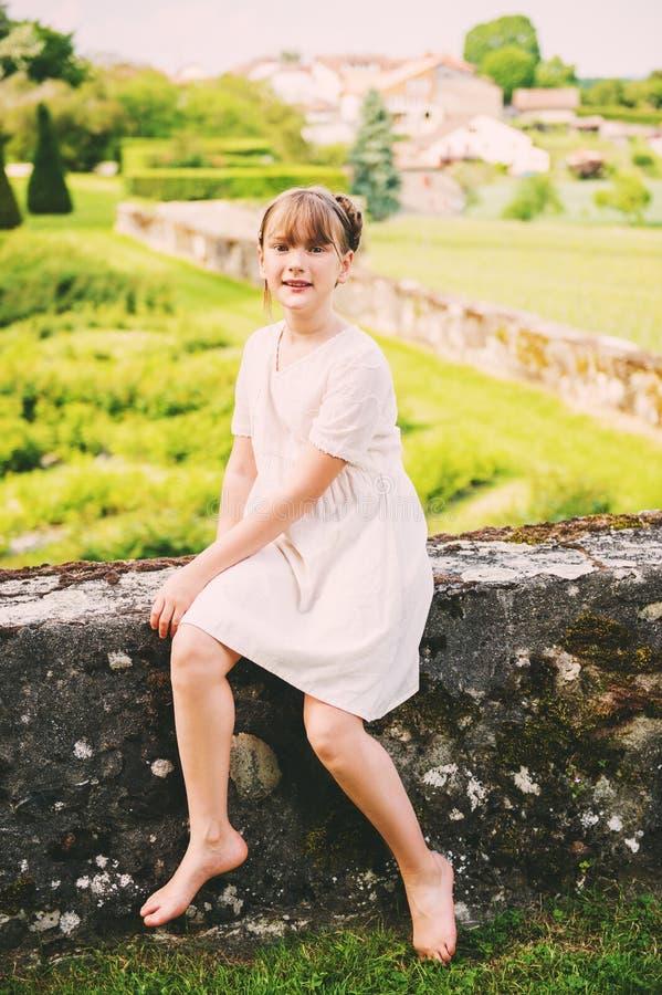 Menina bonita que joga em um jardim bonito fotos de stock royalty free