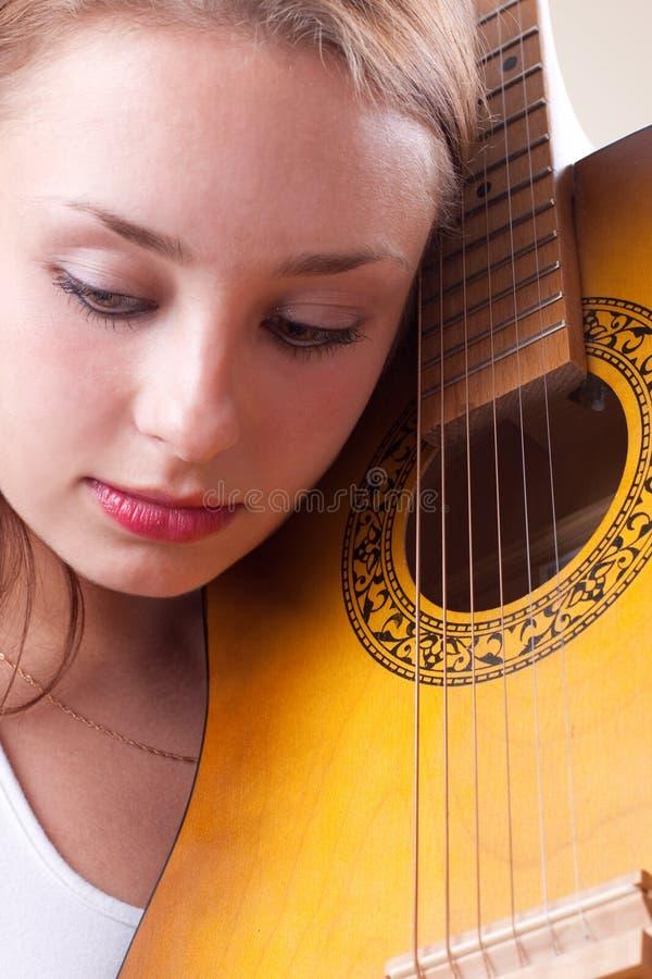 Menina bonita que levanta com guitarra. #7 foto de stock royalty free