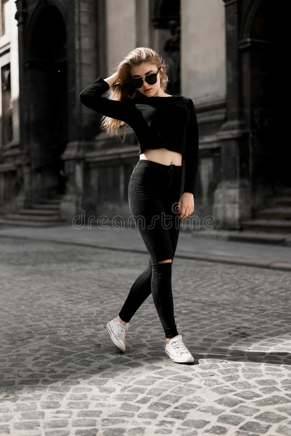 Menina bonita que levanta dentro na rua velha Conceito da juventude e da beleza imagem de stock royalty free
