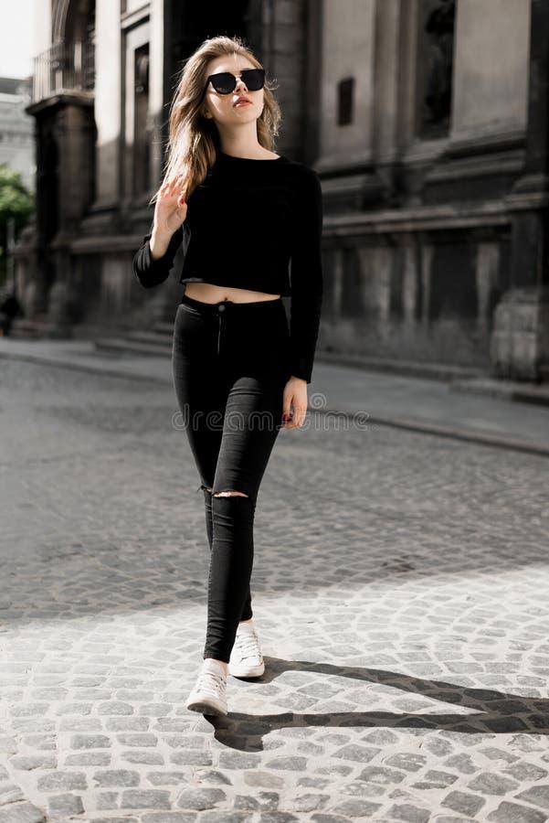 Menina bonita que levanta dentro na rua velha Conceito da juventude e da beleza fotos de stock