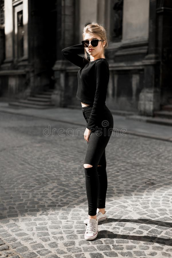 Menina bonita que levanta dentro na rua velha Conceito da juventude e da beleza imagens de stock