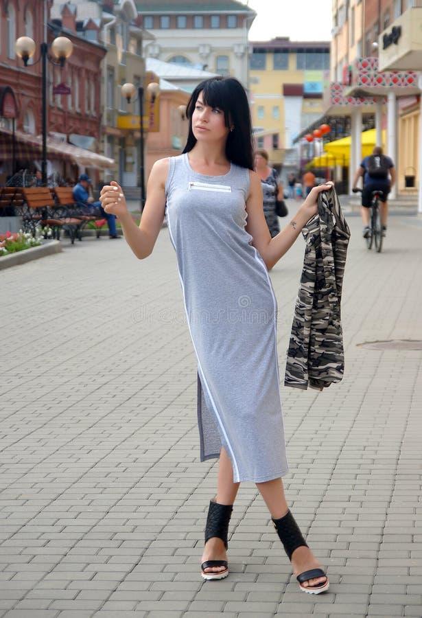 Menina bonita que levanta em ruas da cidade fotografia de stock