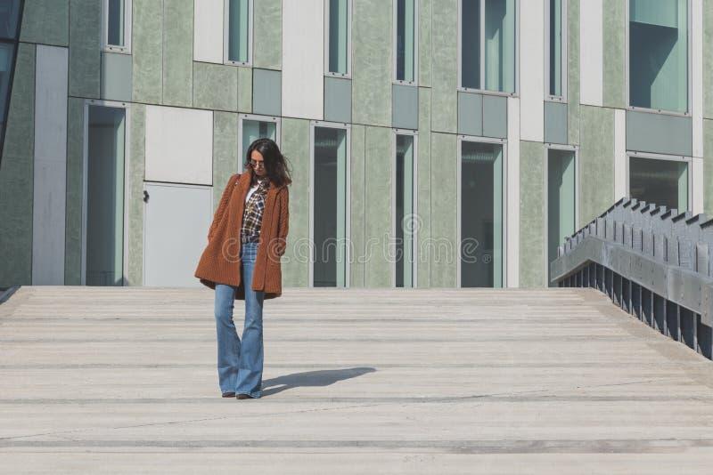 Menina bonita que levanta em um contexto urbano imagem de stock
