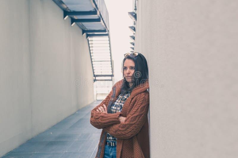 Menina bonita que levanta em um contexto urbano fotografia de stock