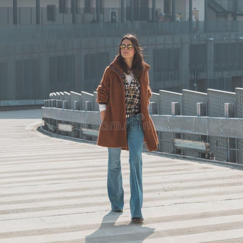 Menina bonita que levanta em um contexto urbano foto de stock royalty free