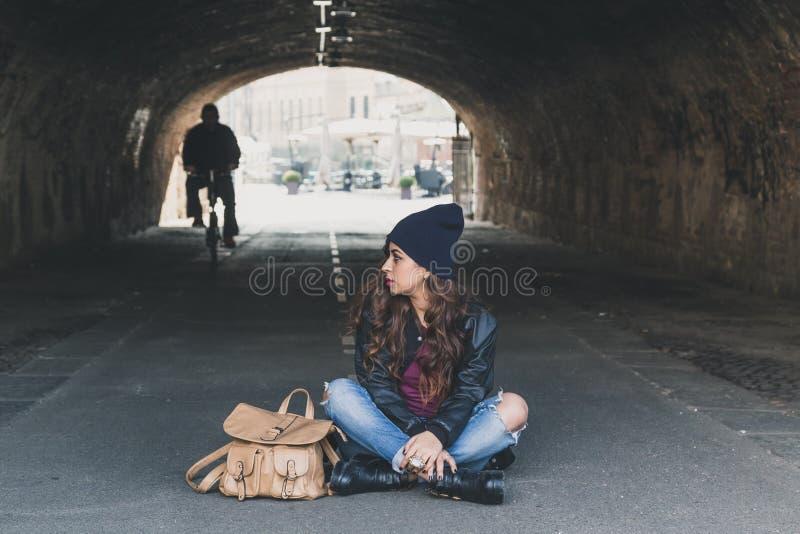 Menina bonita que levanta em um túnel imagens de stock