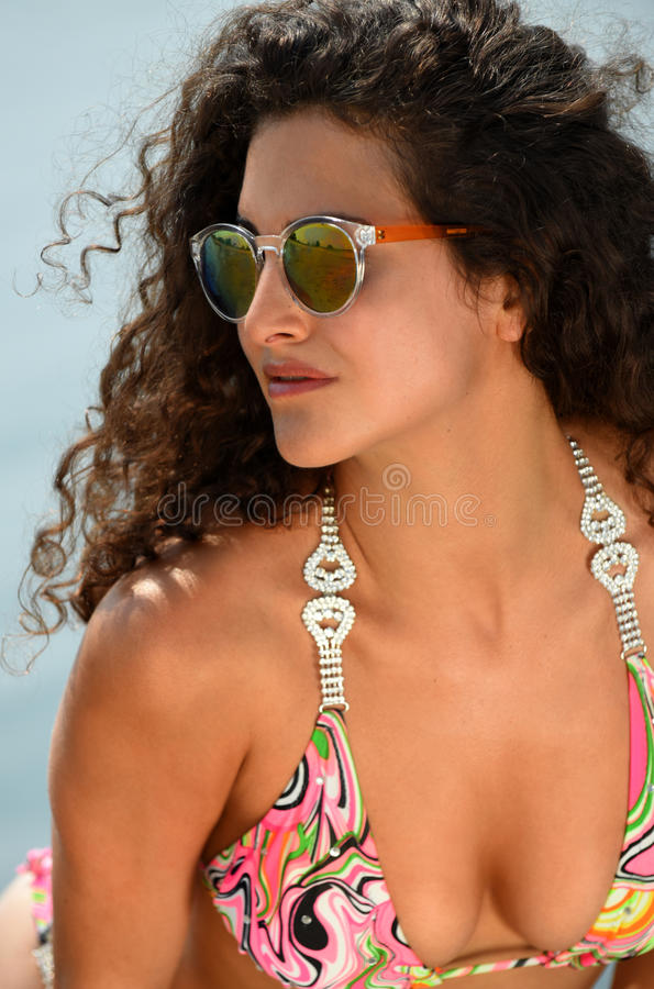Menina bonita que levanta na praia fotografia de stock royalty free