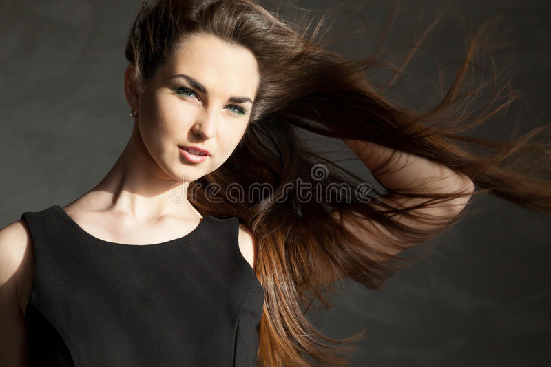 Menina bonita que levanta no estúdio fotografia de stock royalty free
