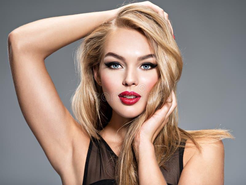 Menina bonita que levanta no estúdio com cabelo reto branco longo foto de stock royalty free