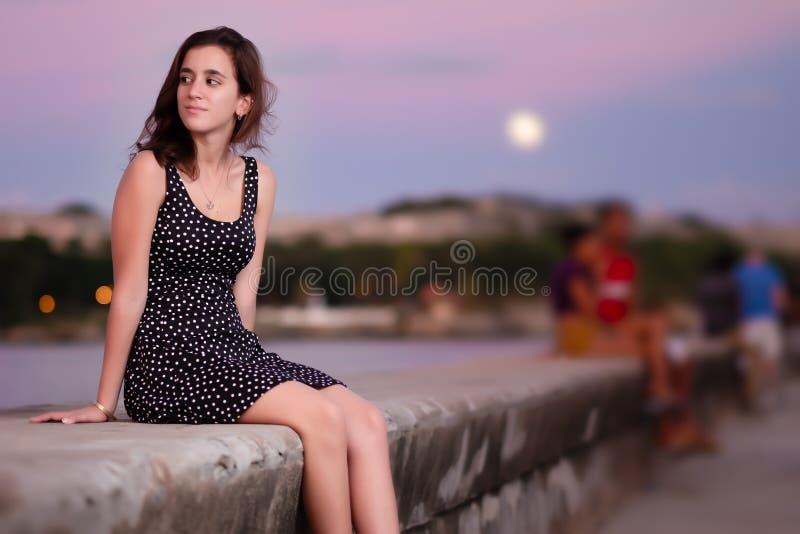 Menina bonita que olha romântica no por do sol imagem de stock royalty free