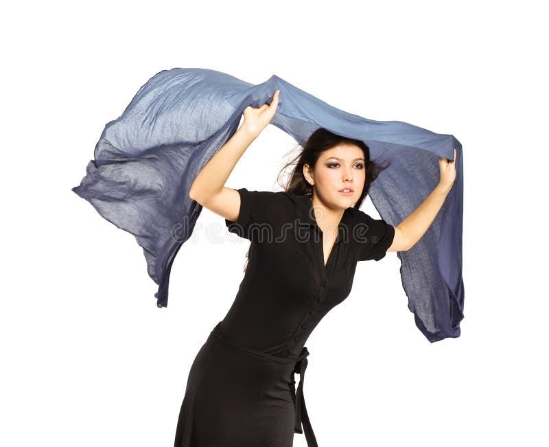 Menina bonita que prende o lenço azul foto de stock