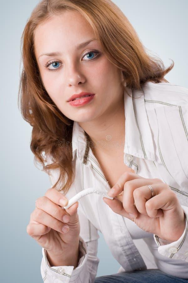 Menina bonita que quebra o cigarro. #2 foto de stock