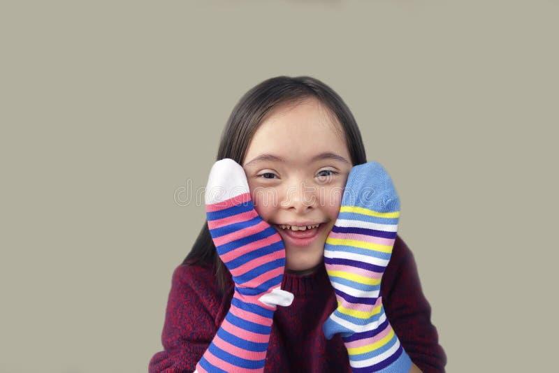 Menina bonita que sorri com peúgas fotos de stock royalty free