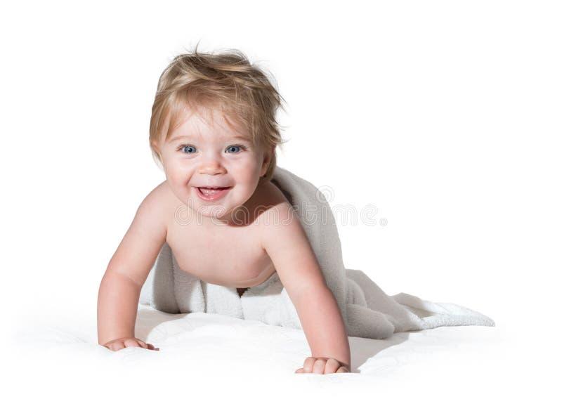 Menina bonita que sorri com a toalha imagens de stock