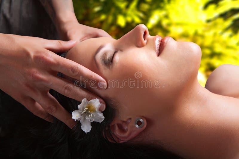 Menina bonita que tem a massagem. termas fotografia de stock royalty free
