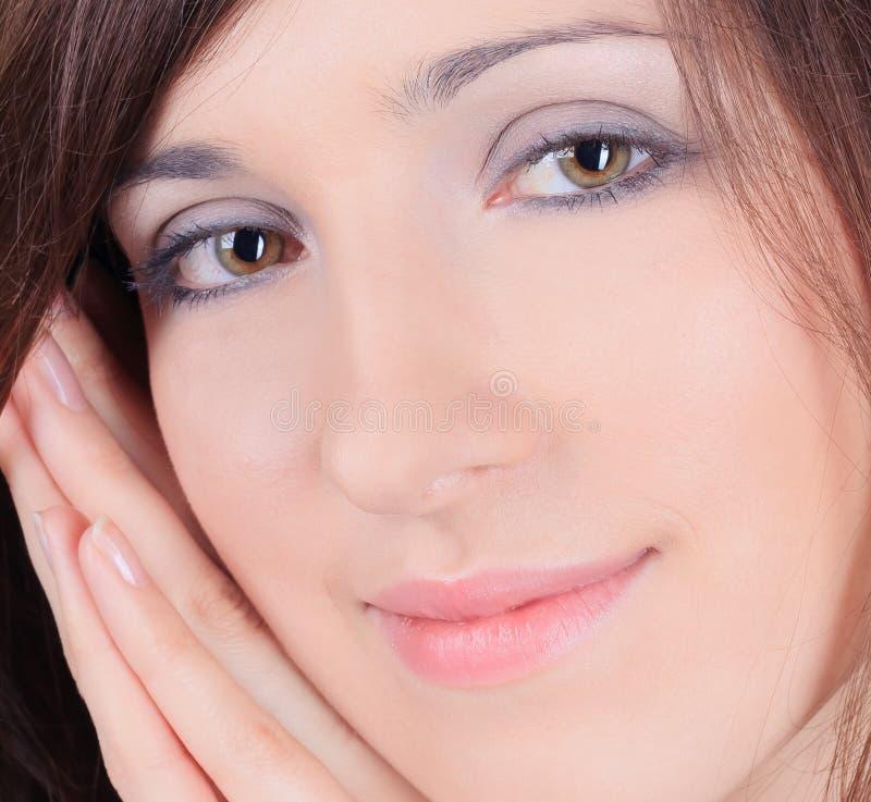Menina bonita que toca em sua cara imagens de stock